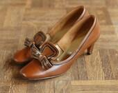 30% OFF Labor Day Sale / vintage 1960s shoes / 60s brown bow mod pumps / size 8