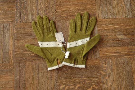 20% OFF Sale / vintage NOS green wool gloves