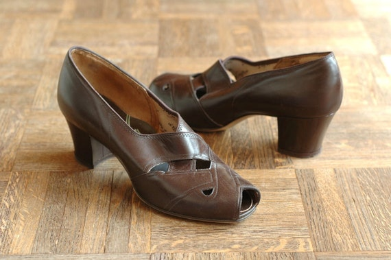vintage NOS 1940s shoes / 40s brown leather peep toe shoes / 8.5