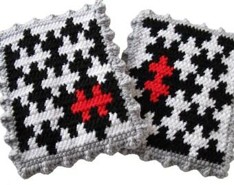 Puzzle Pot Holder Set.  Black and white crochet potholders. Puzzle piece trivet