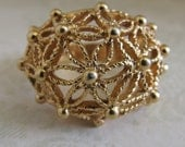 Avon golden Openwork floral web of Daisies dome shaped 3-d ring - size 6 1/2