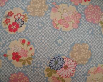 Tissu motifs fleuris fond bleu ciel- 50 cm