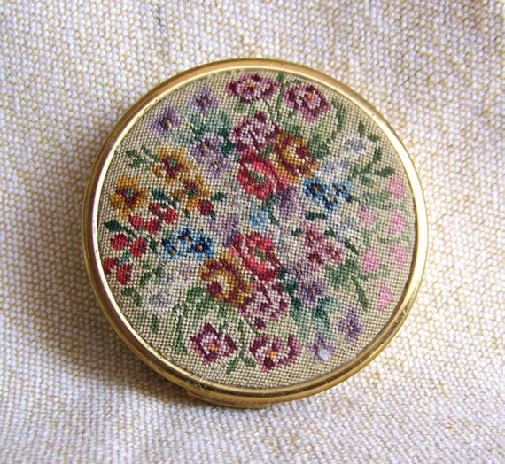 1930s petit point compact Schildkraut vintage 1650 stitches to square inch