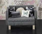 1:6 Scale Furniture Grey Love Seat and 5 Pillows (Blythe, Barbie, 12'' Fashion dolls, Bratz)