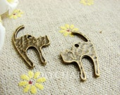 Antique Bronze Angry Cat Charms 18x26mm - 20Pcs - DC20898