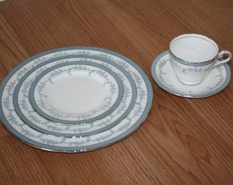 Vintage Aynsley Kenmore Five Piece Place Setting Fine Bone China Made in England White with Blue and Silver Leaf pattern