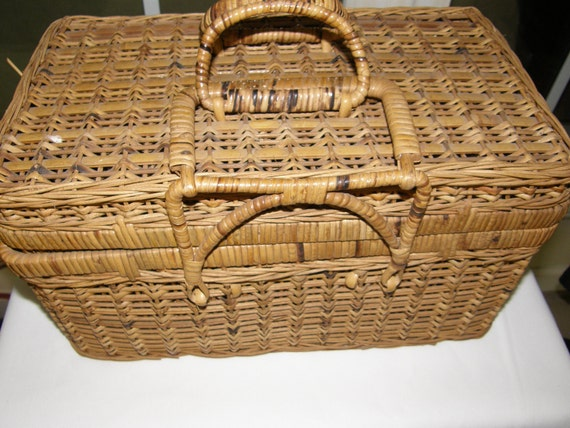 Picnic Basket Look Out For Yogi,,, Heres a Mighty Fine Pic-A-Nic Basket,,, Unusual Nice Smaller Size