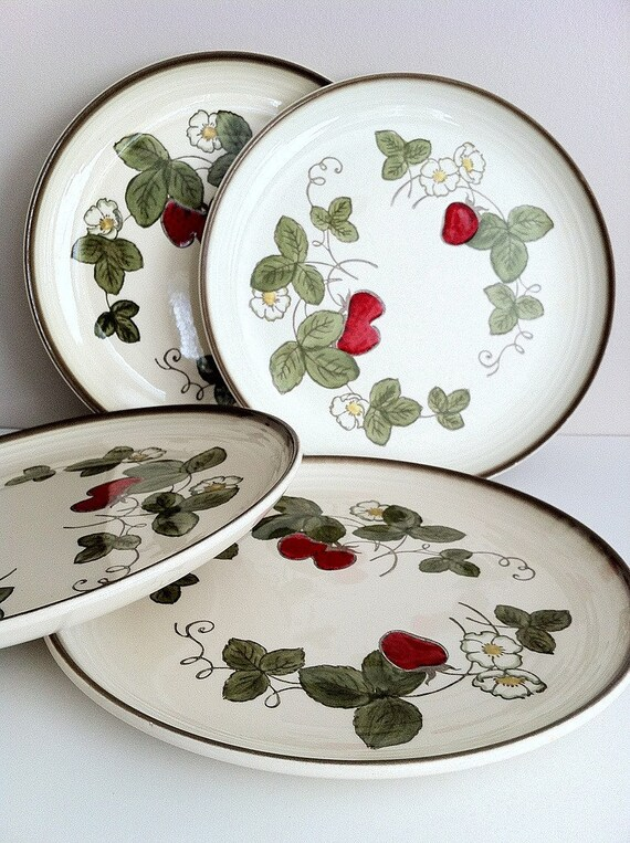 Poppytrail Strawberry Dinner Plates Metlox Vintage Dishes