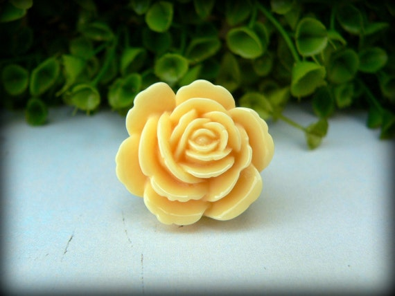 Flower Cabochon Ring in Buttercream