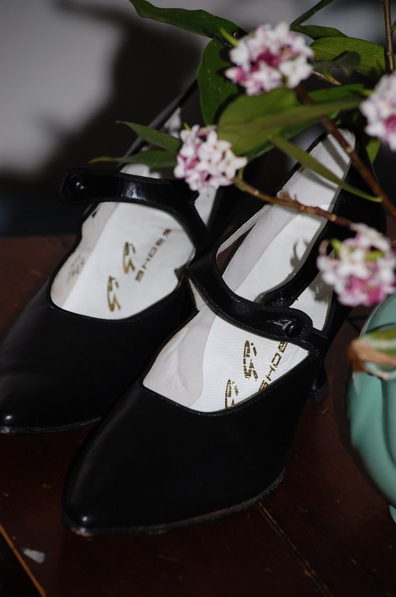 Custom made Black Leather Pumps by Gigi Shoes, Beautiful...  High Heels w/Buttons