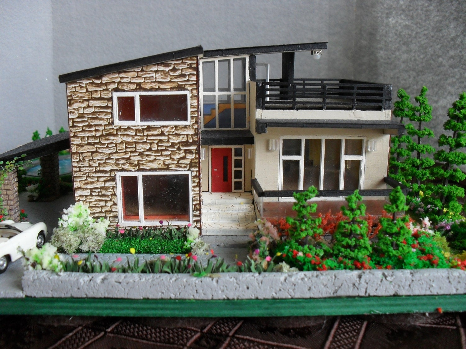 Modern miniature model house with property ho scale for Photos of model homes