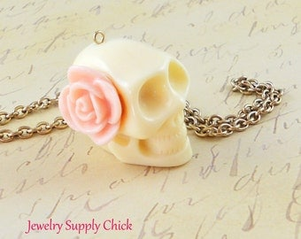 Skull pendant cream resin with pink rose (x1)
