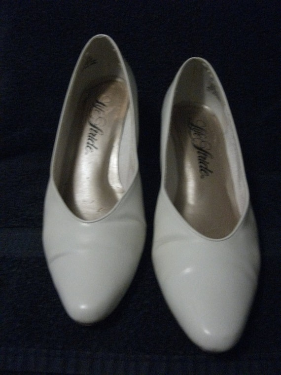 ONLY 1 DOLLAR Vintage Ladies White Pumps w/ 2 1/2 Inch Heel size 8 1/2 Good Condition Now Only 1 USD