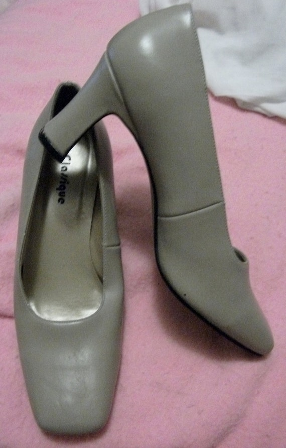 Vintage 1970s Ladies Leather Pumps by Classique Size 10 Only 5 USD