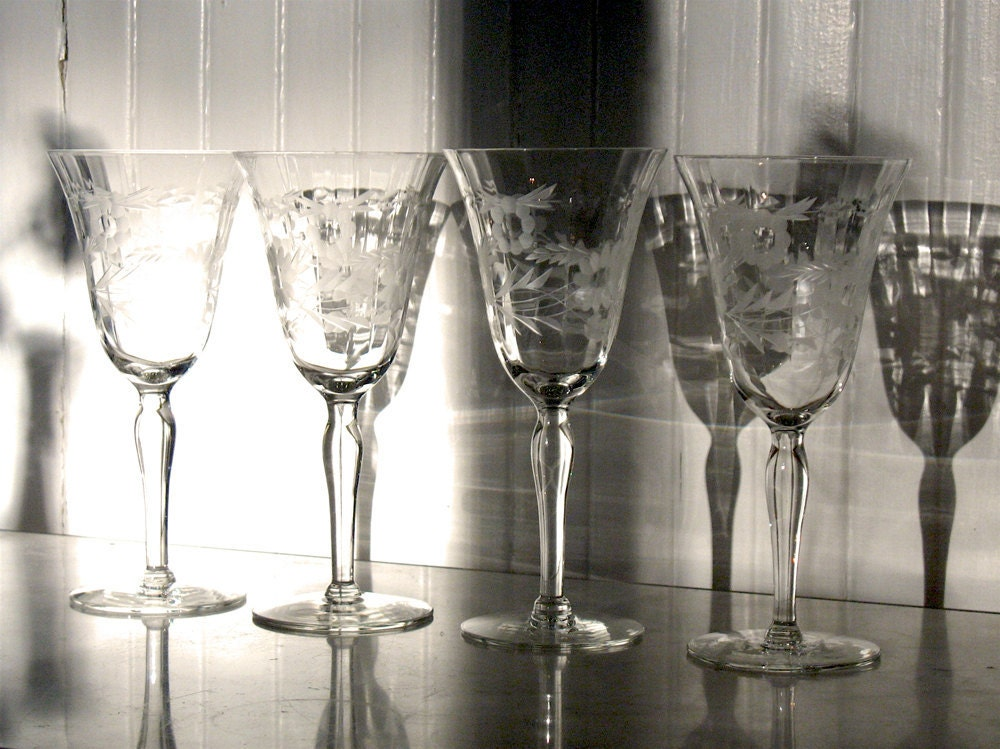 Vintage crystal stemware etched holiday wreath wine glass for Holiday stemware