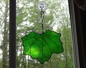 Hanging ivy leaf green glass suncatcher