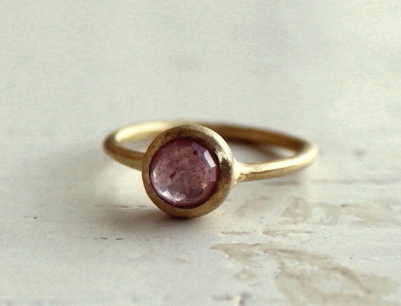 Pink sapphire ring. Rose cut. 18k gold. Engagement. Nolie.