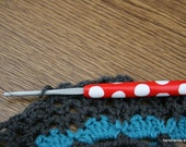 crochet hook - red handle with white polkadots polymer clay - 4.00mm / G hook