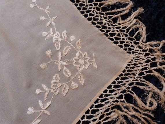 Antique Victorian embroidered wedding shawl wrap, 1900s hand embroidered scarf for bride, elegant French embroidery in cream w roses fringes