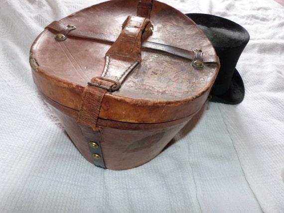 ancienne boite a chapeau en cuir avec chapeau haut de forme. Black Bedroom Furniture Sets. Home Design Ideas
