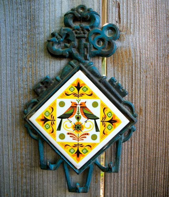 Folksy love birds: Key holder with ceramic bird tile and blue cast iron frame