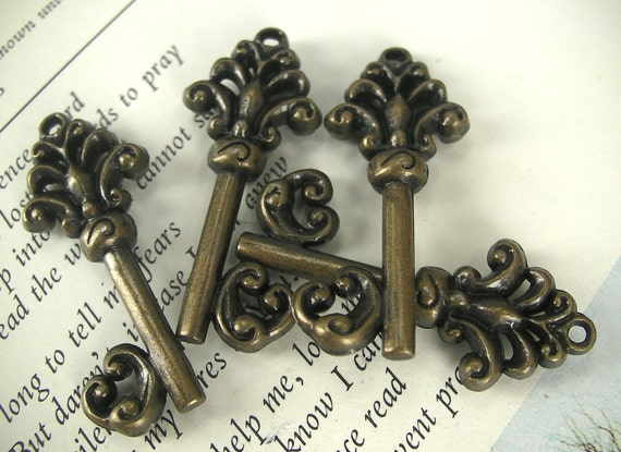 Antique Brass Key Pendant / Charm (x4 pcs) F2020