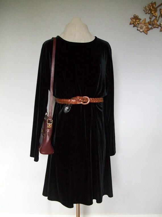 Vintage Long Sleeved Velvet Little Black Dress ((Size Medium to Large))