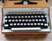 vintage manual typewriter Remington (toffee brown)