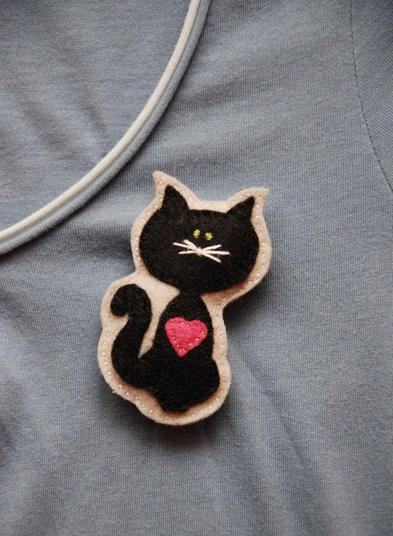 Kitty with a pink heart felt brooch