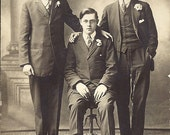 Photo Vintage 3 Men in Suits Interesting Pose