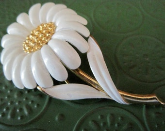 Vintage Monet  White & Gold Daisy Brooch
