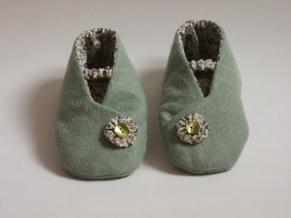 GREEN Cotton and felt baby booties 12-18 months