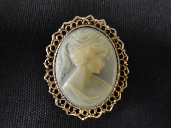 antique 1950s Victorian style Cameo Brooch