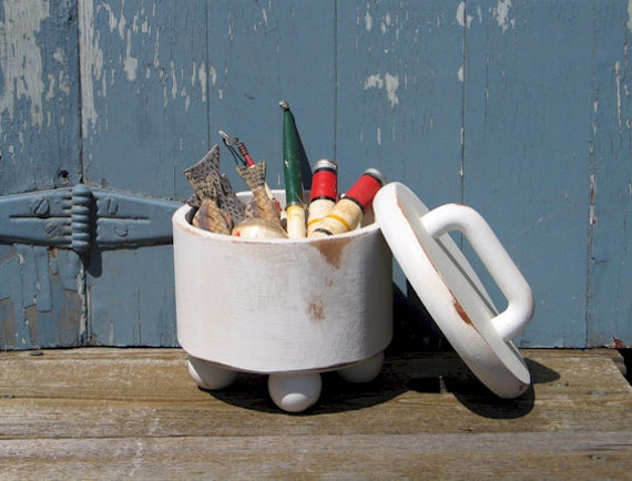 Cottage chic, small white round box