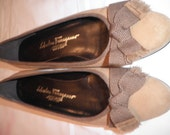 Preowned Salvatore FERRAGAMO Flat PUMPS SHOES Beige Suede with Bow Size 8 B Italy in Box