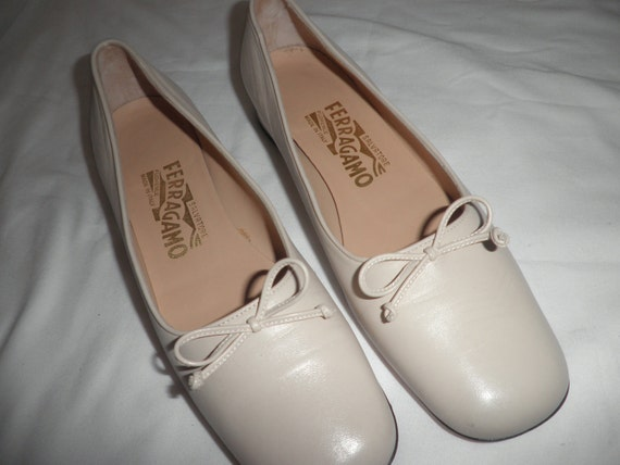 Salvatore FEERRAGAMO Shoes Flats Size 8AA Bone Ballet style-- Made in Italy w/ Box Vintage Pre-cherished