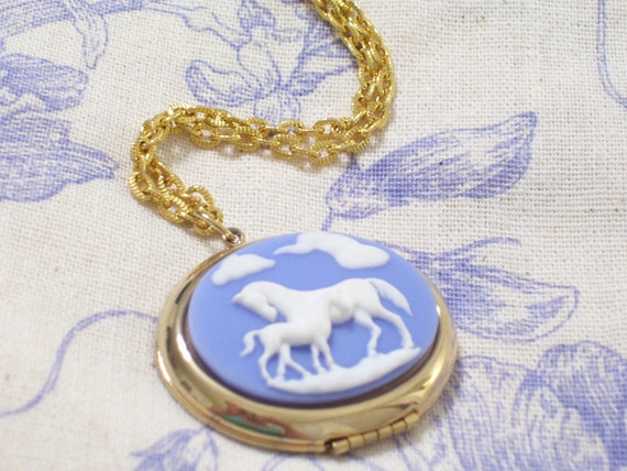 Vintage Wedgwood Style Mare and Foal Cameo Goldtone Oval Locket Pendant Necklace