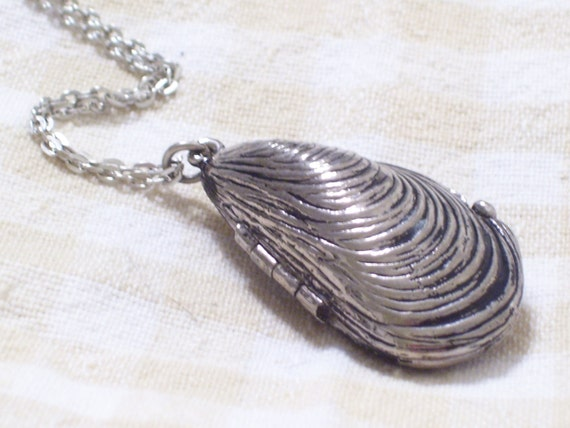 Silver Seashell Perfume Locket, Vintage Seashell Locket, Silver Mussel Shell Locket Pendant Necklace, Nautical Locket, Silver Sea Shell