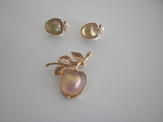 Sarah Coventry Apple Brooch Pin Frosted Lucite with  Earrings. FREE SHIPPING