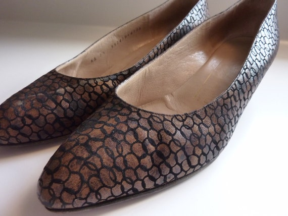 Beautiful Vintage Bruno Magli Italian Leather Shoes Kitten Heels Bronze with Black Circle Design Size 7.5 - Made in Italy