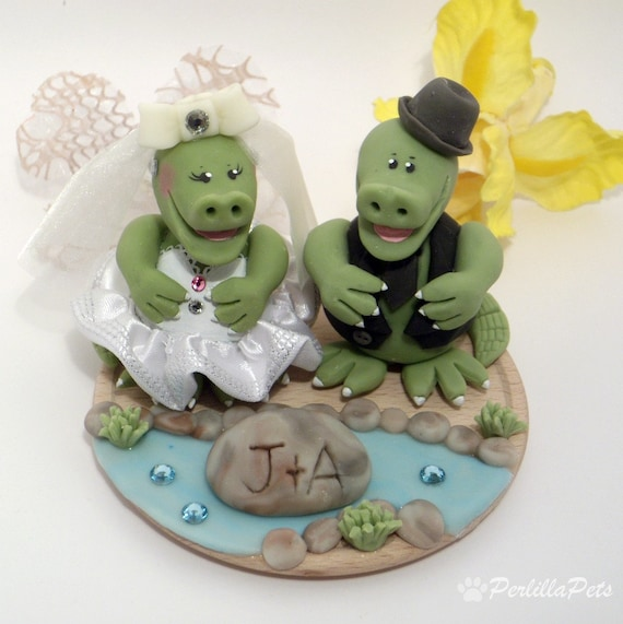 Crocodile cake topper for a wedding cake with base, customizable, hand made