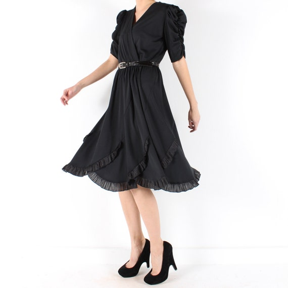 little black dress // vintage 80s // flowy ruffled skirt // ruched sleeves // party dress // xsmall small