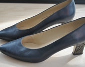 FINAL CLEARANCE proper lady // shoes // 80s Navy Blue Pumps with Floral Metallic Heels // Size 7