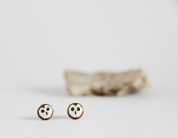 Owl ear studs in white and brown, round and flat, made of modeling clay. Come in a handprinted gift box