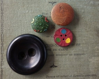 Vintage - Nice lot of decorative or handpainted wood buttons - Lot of 4  -