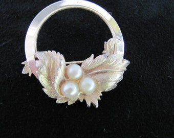 Vintage Sarah Coventry Golden Brooch