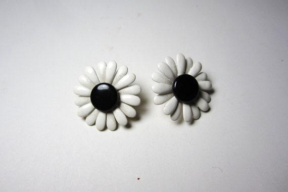 Vintage Earrings Floral Enamel Painted White Black Flower Retro Metal Ear Ring