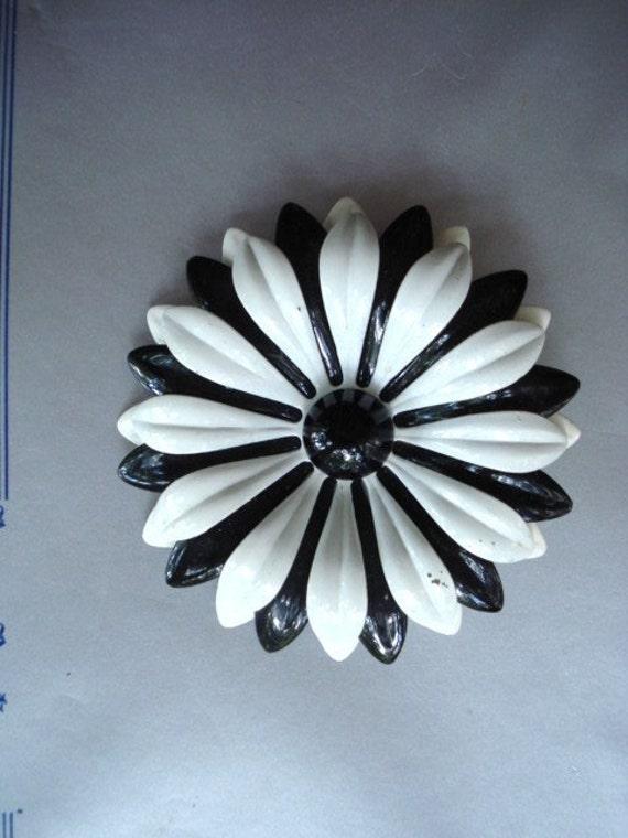 CLASSY VINTAGE BROOCH Black and White Enamel Finish Single Flower