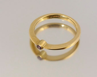 Gold band ring with Amethyst