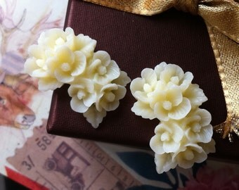 26 mm x 17 mm  Cream Colour Resin Flower Cabochons (.nm)